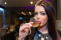 Schönes Mädchen mit starkem Make-upgetränkweißwein Stockfotos