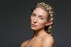 Schönes Mädchen mit starker französischer Borte Stockbild