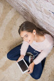 Schönes Mädchen mit Tablette stockbilder