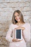 Schönes Mädchen mit Tablette lizenzfreies stockbild