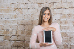 Schönes Mädchen mit Tablette lizenzfreie stockfotos