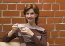 Schönes Mädchen mit Tasse Kaffee Lizenzfreie Stockfotos