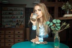 Schönes Mädchen mit Tasse Kaffee Stockfotos