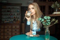 Schönes Mädchen mit Tasse Kaffee Stockbilder