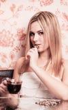 schönes Mädchen mit Tasse Kaffee und Schokolade Stockfotos