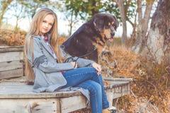 Schönes Mädchen mit tibetanischem Mastiff auf der Natur Lizenzfreies Stockbild