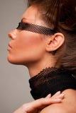 Schönes Mädchen mit transparentem Verband auf ihrem Auge Stockfotos