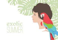 Schönes Mädchen mit tropischem Hintergrund des hellen Papageien Stockfoto