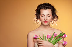 Schönes Mädchen mit Tulpen Lizenzfreies Stockbild