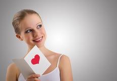 Schönes Mädchen mit Valentinsgrüßen einer Liebespostkarte Lizenzfreies Stockbild