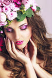 Schönes Mädchen mit verschiedenen Blumen Schönheit vorbildliches Woman Face lizenzfreie stockfotografie