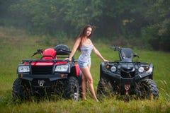 Schönes Mädchen mit vierrädriger Droschke ATV Stockfotos