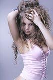 Schönes Mädchen mit vollkommener Haut, starkes lockiges Haar Stockfotografie