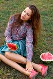 Schönes Mädchen mit Wassermelone stockbilder