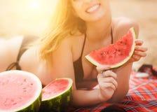 Schönes Mädchen mit Wassermelone nahe dem Meer Lizenzfreies Stockbild