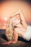 Schönes Mädchen mit weißem Gewebe auf dem Strand lizenzfreies stockbild