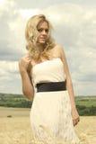 Schönes Mädchen mit weißem reizvollem Kleid Stockbild