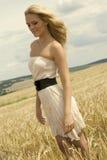 Schönes Mädchen mit weißem reizvollem Kleid Lizenzfreies Stockfoto