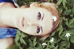 Schönes Mädchen mit weißen Frühlingsblumen Lizenzfreie Stockfotos