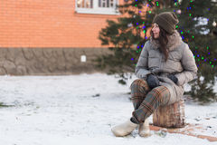 Schönes Mädchen mit Weihnachtsbaum draußen Lizenzfreie Stockbilder