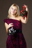 Schönes Mädchen mit Weihnachtsdekorationen Stockfotos