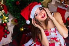 Schönes Mädchen mit Weihnachtsdekorationen Stockbild