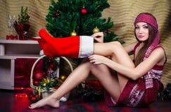 Schönes mädchen mit weihnachtsdekorationen stockbilder