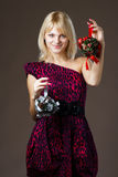 Schönes Mädchen mit Weihnachtsdekorationen Lizenzfreie Stockfotos