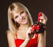 Schönes Mädchen mit Weihnachtsdekorationen Lizenzfreies Stockbild