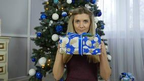 Schönes Mädchen mit Weihnachtsgeschenken stock footage