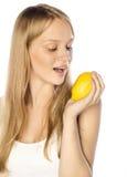 Schönes Mädchen mit Zitrusfrucht Stockbild