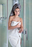 Schönes Mädchen nach einer Dusche in einem weißen Tuch stockfoto