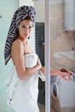 Schönes Mädchen nach einer Dusche in einem weißen Tuch Lizenzfreie Stockbilder