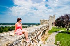 Schönes Mädchen nahe altem Schloss Belgrads Serbien Stockfoto
