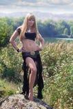Schönes Mädchen nahe dem Fluss Lizenzfreies Stockbild