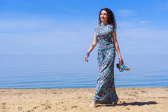 Schönes Mädchen nahe dem Meer Stockbilder