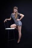 Schönes Mädchen nahe dem Stuhl Stockbilder