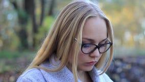 Schönes Mädchen nahe dem Wasserfall mit einer Tablettenarbeit stock footage