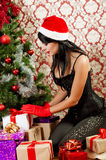 Schönes Mädchen nahe einem Weihnachtsbaum Stockfotografie