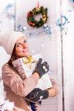 Schönes Mädchen nahe Weihnachtsbaum Lizenzfreie Stockfotos