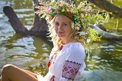 Schönes Mädchen in nationalem ukrainischem Stickerei Hemd und wreat lizenzfreies stockfoto