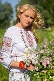 Schönes Mädchen in nationalem ukrainischem Stickerei Hemd und wreat stockbild