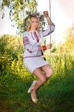 Schönes Mädchen in nationalem ukrainischem Stickerei Hemd und wreat lizenzfreie stockfotografie