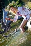 Schönes Mädchen in nationalem ukrainischem Stickerei Hemd und wreat stockfotos