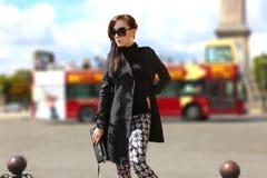 Schönes Mädchen in Paris stockfoto