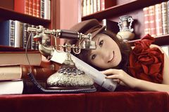 Schönes Mädchen per Telefon Stockbilder
