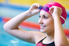 Schönes Mädchen am Pool Stockfoto