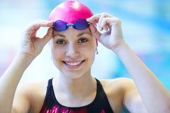 Schönes Mädchen am Pool lizenzfreies stockbild