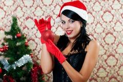 Schönes Mädchen in Sankt-Hut nahe einem Weihnachtsbaum Stockbilder