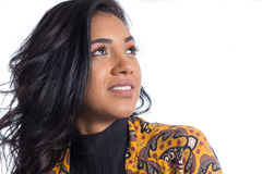 Schönes Mädchen schaut zur Seite und up Brasilianisches tragendes yello lizenzfreie stockfotografie